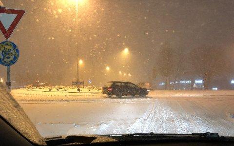 Snøen laver ned over mossedistriktet, og politiet varsler at det kan bli kaotiske tilstander i trafikken.