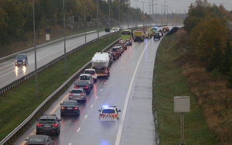 PÅ TAKET: En bil rullet rundt og havnet på taket etter en ulykke på E6 like etter Follotunnelen i Vestby lørdag kveld. Det er lange køer i retning Oslo som følge av ulykken.