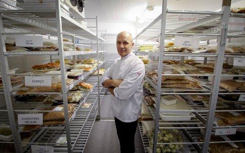 NY MENY: Morten Tveit opplyser at beboere vil få tilkjørt mat for én hel uke om gangen. Matener kald og  må varmes i mikrobølgeovn.