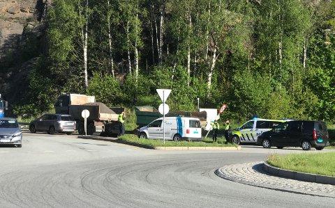 TRAFIKK: Politiet rykket ut til Mosseporten fredag morgen etter at en lastebil med henger fikk problemer.