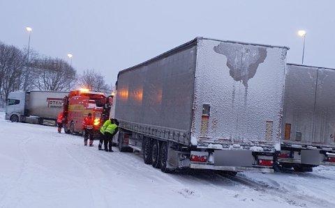 Flere vogntog sliter på grunn av det store snøfallet. Seks utenlandske vogntog fikk tirsdag kjøreforbud.