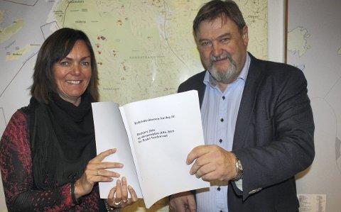 OVERLEVERER BUDSJETTET: Konstituert bydelsdirektør på Nordstrand, Kari Andreassen, overleverte mandag ettermiddag sitt budsjettforslag for 2016 til Arve Edvardsen, leder av bydelsutvalget. FOTO: Aina Moberg