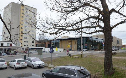 FRIOMRÅDE: På friområdet her ved parkeringsplassen skal en bane for streetbasket stå klar før sommeren.
