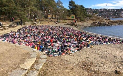 BARNESKO: På Sydstranda på Ulvøya står 7500 par sko som et symbol på barna i flyktningleiren Moria på den greske øya Lesvos.