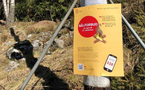 INFORMASJON: Oslo kommune har i påsken hengt opp plakater ved populære utfartssteder for å minne folk på brannfaren og bålforbud.