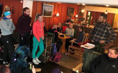 Emilie, Camilla og Lisa overrekker markedsplan til Pål Erik Skaugen da de besøkte Smuksjøseter Fjellstue 3. mars. Foto: Nord-Gudbrandsdal vidaregåande skule
