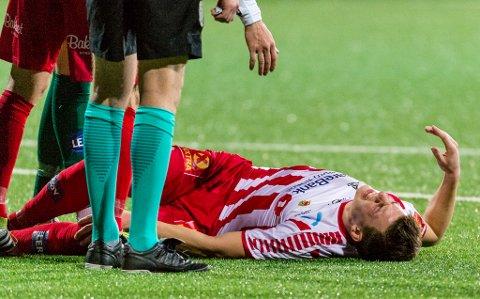 LEI MELDING: Jostein Gundersen ligger her skadet på banen mot Ranheim i nest siste serierunde. Også mot Sarpsborg 08 i siste kamp gikk han skadet av banen, og nå er det påvist en avrevet muskel som krever operasjon.