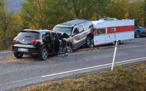 Kjøretøyenes sluttposisjon etter ulykken. Bilene hang fortsatt sammen etter kollisjonen. Foto: Politiet