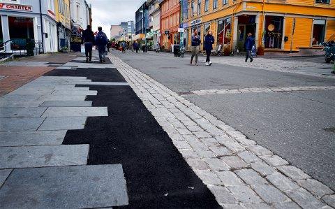 """VEKKER OPPSIKT: """"Mosaikkmønsteret"""" langs Tromsøs paradegate vekker oppsikt. – Ingen andre steder kunne man sluppet unna med noe sånt uten å bli straffet, mener tidligere byrådsleder Øyvind Hilmarsen."""