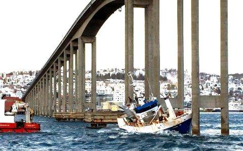 UNDER BRUA:  I mars 2013 lå en fiskebåt og slo mot pilarene til Tromsøbrua.  Hvert femte år gjennomgår 61-åringen en hovedinspeksjon. Søndag kveld er det tid igjen. Foto: Astrid Øvre Helland