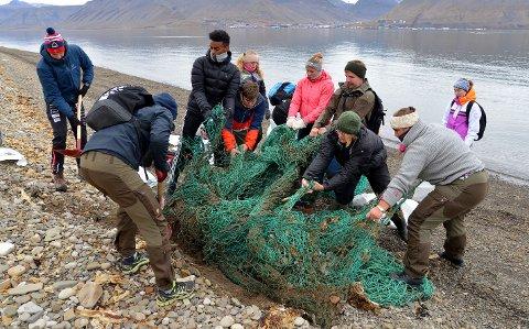 MYE SØPPEL: Elever fra Dokka videregående var nylig på en studietur på Svalbard, der hjalp de blant annet til med å rydde søppel.