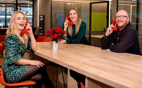 RINGER: Line Troller (t.v.) Pie Skagsoset Norseng og Steinar Bjørnsson er en del av teamet som glede en rekke personer med telefonen fra Hamar lørdag kveld.