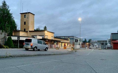 STILLE: Klokken 5:30 fredag morgen var det business as ususal ved porten til Raufoss indrustripark. Meklingen i årets lønnsoppgjør er på overtid etter at fristen for å bli enige gikk ut ved midnatt.