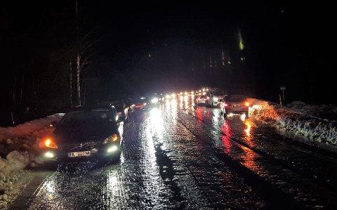 TRAFIKKAOS: Kvinnen beskriver forholdene som en skøytebane. Flere bilister fikk trøbbel på fylkesveg 34 fredag morgen.