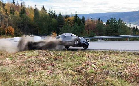 NM i Bakkeløp på Lillehammer: Her går det galt. Sjåføren kom uskadd fra rundkastet, bilen fikk mer juling.