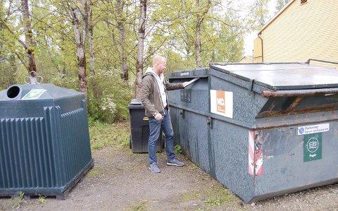Skal bort: Det er disse søppelcontainerne SiÅs vil ha bort fra boligområdene i Kajaveien og Skogveien. – Ved å få avfallet ned under bakken vil det bli både mindre rotteproblemer og mindre lukt, sier boligdirektør Pål Magnus Løken i SiÅs. foto: Solveig wessel