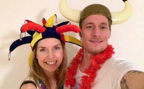Are Hagen Lepsøy fra Tårnåsen ble fredagens millionvinner i Nabolaget. Her har han tatt en selfie med kona, Ina rett etter at Norsk Tipping hadde ringt