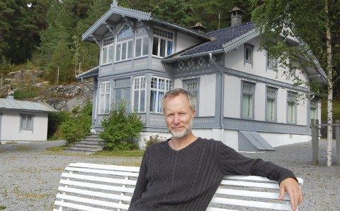 Mot bedre tider: Konservator Jonas Nordby ved Follo museum er også omviser ved Roald Amundsens hjem. Han gleder seg til omvisningene i huset og eiendommen ved Bålerud brygge kan utnyttes bedre og bli mer tilgjengelig for publikum.