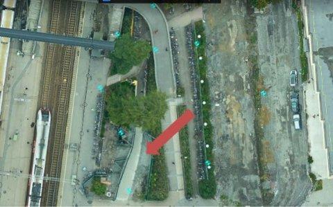 Ny sykkelparkering vil bli etablert rett nedenfor den gamle parkeringen, der den røde pilen peker. Det nye området vil bli skiltet.