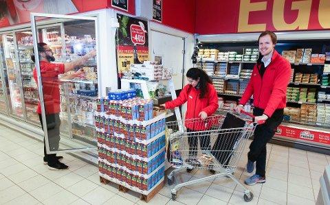 Butikksjef Asbjørn Bekkelund (t.h) har gitt opp å følge med på prisjusteringene, som skjer fra sentralt hold i de store kjedene.