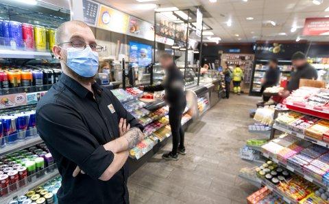 PÅBUD: Da ØB var innom YX-stasjonen på Nygårdskrysset, var det ingen av kundene som hadde på seg munnbind inne i butikken. Skiftleder Joakim Grinde hadde helst sett at alle som kom innom hadde på seg munnbind.
