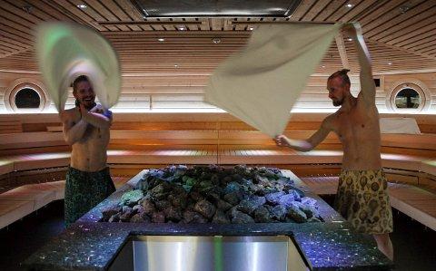 Sauna-rituale: Aufguss er et sauna-rituale med damp, duft, lyd og lys ledet av en badstumester. Lukasz Dluziewski fra Polen og Robert Heinevetter fra Sveits er blant de beste på aufguss i verden.