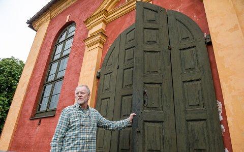 STENGER DØREN: Om enn bare for to måneder, så må byggforvalter Øystein Langerud stenge Stavern kirke. Elanlegget skiftes ut og hoveddøren skal restaureres fullstendig.