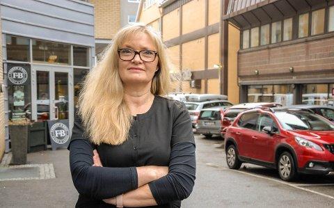 FIKK SKRAPET OPP BILEN: Anne Mette Jespersen driver frisørsalong i Kvartal 8. På utsiden er det trangt. – At noen kommer borti bilen min og skraper den opp, er et uhell. Men å stikke av etterpå, er ikke greit, sier Jespersen.