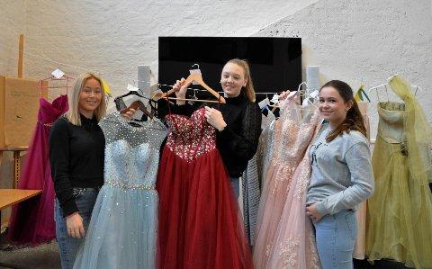 BRUKTE BALLKJOLER: Anna Keiko Haugene, Caroline Jakobsen og Maria Ludvigsen var sjokkerte og glade over oppmøtet på bruktsalget deres.