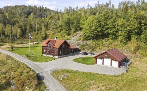 MODERNISERT: Bolighuset på eiendommen ble bygd ut og oppgradert i 2007, og garasjebygningen ble bygd i 2014. Men det var først og fremst skogens verdi som ble trukket fram i salgsoppgaven. Nå er eiendom kjøpt av Gunnar Gusland og Aage Austein.