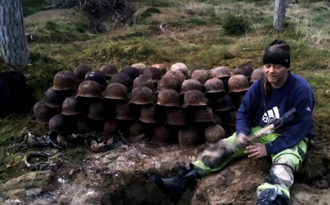 KRIGSHJELMER: Dag Bjørndahl i Våler gjorde sitt livs funn inne på området til den nedlagte militærleiren Haslemoen i september tidligere år. Foto: Privat