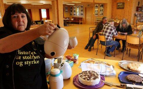 SERVERING: Gunn Marit Lindmoen i Risberget kulturhistoriske forening  serverer både kaffe, kaker, vafler og informasjon til gjestene.