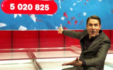 TRE MILLIONÆRER: Programleder Reidar Buskenes gratulerer kveldens nybakte Lotto-vinnere med drøye fem millioner kroner.