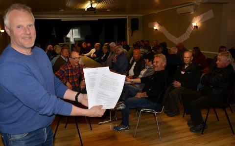 FOLKSOMT: Folk i Mosgn møtte opp og skrev under brevet til fylkeskommunen. Til venstre Jan Kjetil Stensbøl som har vært og er fontfiguren i kampen for utbedring av vegen.