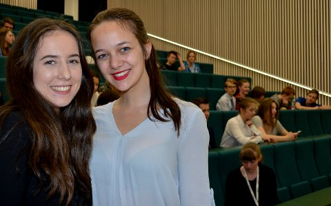 PRESIDENTER: ELVIS-elev Ella Riise MacLeod (til venstre) og Helene Stewart fra Nesbru videregående skole var presidenter for Model European Parliament National Conference i Elverum i helga. (Foto: Bjørn-Frode Løvlund)