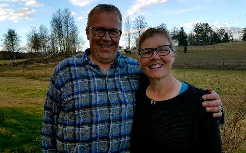TIL TOPPS: Hilde Hansine Haastøl og mannen Bjørn Haastøl fra Løten sier de aldri har hatt så høy puls som da de fikk Telefonen fra Hamar. Foto: Norsk Tipping