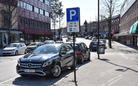 HOVEDREGELEN: Bruker du parkeringskive, og flytter bilen før det går to timer, så følger du hovedregelen i Elverum sentrum.