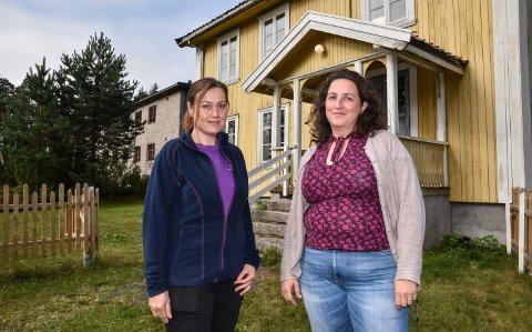 STILLE FØR STORMEN: Verken Line Troøyen (til venstre) eller Laila Bækkevold har merket åndelig aktivitet på Glomdalsmuseet. Men litt av hvert skal visstnok skje både i gamle Stræte skole og steinbygningen i bakgrunnen.