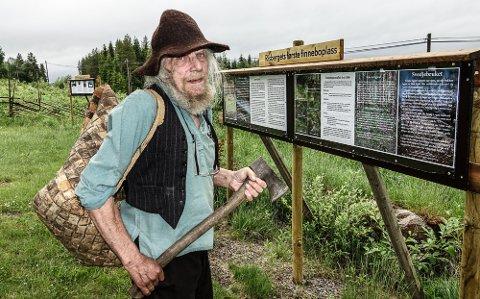 EN KJEMPEJOBB: Trond Burud har jobbet i over et år med å finne og dokumentere den gamle boplassen. Historien fortelles nå på en informasjonstavle i minneparken i Risberget.