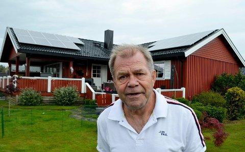 GOD INVESTERING: Arild Rønningstad fra Elverum har investert i solcellepaneler på hustaket sitt.