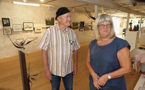 ENDELIG: Leder og nestleder Knut Larsson og Anne Rose Haarr er glad for å kunne ha utstilling i Galleri Fjøset igjen.