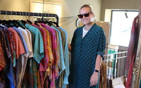 POPULÆRE PLAGG: Ingrid Borchgrevink Lund forteller det går mye av kimonoer og kjoler i butikken.