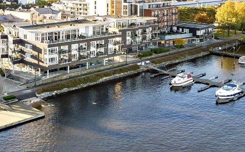SKOMVÆRGATA 16: Toppleiligheten har panoramautsikt ut over elva og over mot Vestsida.