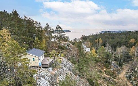 UTSIKT: Hytta ligger kanskje ikke idyllisk til rett ved vannkanten, men utsikten er til gjengjeld av det innbydende slaget.