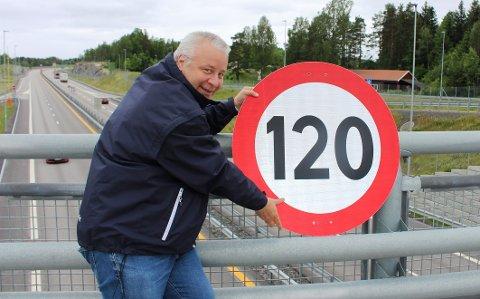 NYTT SKILT: Stortingsrepresentant Bård Hoksrud har fått spesiallaget et veiskilt som viser fartsgrensen 120 km/t. Stortinget har vedtatt at det kan iverksettes en prøveordning med 120 km/t på E18 på utvalgte strekninger. – Jeg mener fartsgrensen 120 km/t kan innføres i sommer, på strekningen fra Rugtvedt til Langrønningen i Bamble, sier Hoksrud.