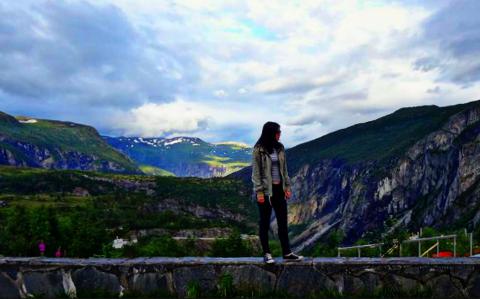 ELSKER DEN NORSKE NATUREN: Laura skuer utover panoramautsikten ved Vøringsfossen i Eidfjord kommune i Hordaland.
