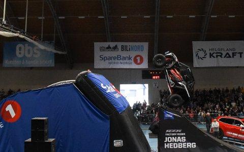 Jonas Hedberg med Norges første backflip med bil under Andre Villa FMX-show i Ranahallen.