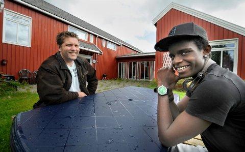 klarer seg: – Jeg er en av dem som har lyktes, sier Gisle Skadberg (18) og gir Yttrabekken ungdomsheim mye av æren for at det nå går bra med ham. Det hadde han ikke trodd da han ble plassert på institusjonen 14 år gammel. Her er han sammen med André Rønningsen som var miljøarbeider på Yttrabekken og hadde ansvar for å følge opp unge Skadberg da han bodde i institusjonshjem i Rana.