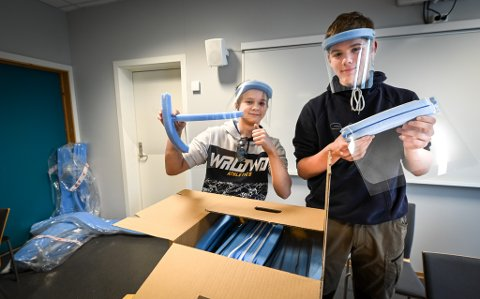 Ruben Alexander Solbakk og Daniel Årdal Strømmen er to av skoleelevene som trår til for å hjelpe kommunen med smittevern.
