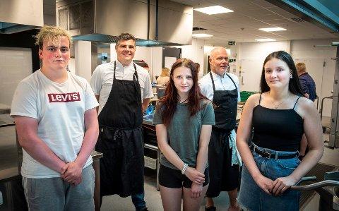 Lærlinger: De fleste av VG2 elevene har fått seg lærlingplass. Marcus Lauritsen (f.v.), Mark Jackson, Kimberly Maud Danielsen, Hallgeir Kvernberg og Synnøve Moss, ved restaurant og matfag.